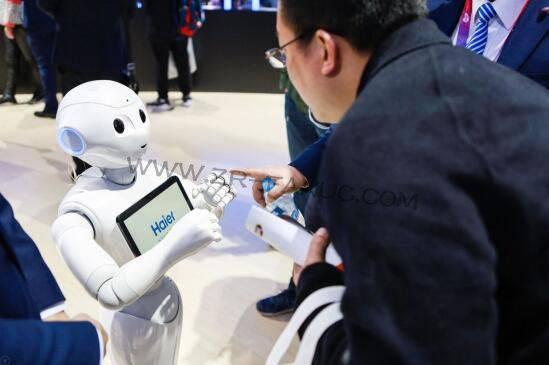 美的的机器人在车间 海尔的机器人在身边