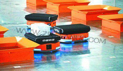 邮政最大机器人分拣系统在武汉启用 320台机器人很忙碌