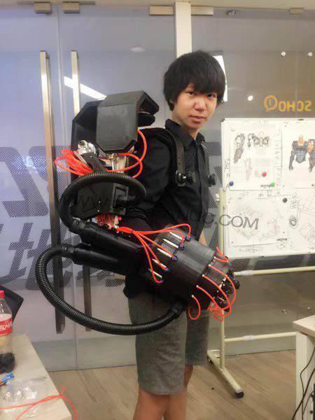 """""""钢铁侠""""王潮:做外骨骼机器人帮快递小哥省腰力"""